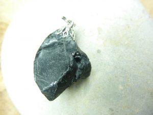 Pendentif Spinelle noir Brut 16,2 gr ref 3638