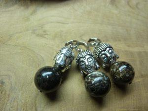 Pendentif Biotite mica-Bouddha - Perles rondes 10 mm